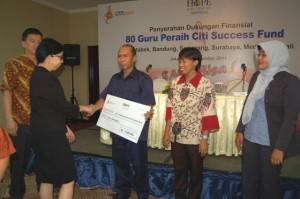 Bpk Drs Kasmanto dari SMKN 7 Jakarta, saat menerima dana dari CSF/Yayasan HOPE Indonesia